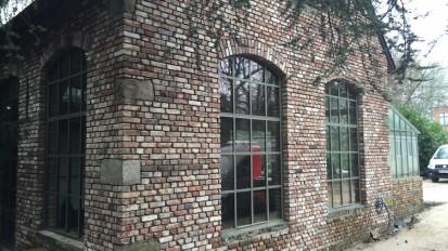 une réhabilitation originale avec de grandes baies vitrées et une véranda pour abriter une cuisine