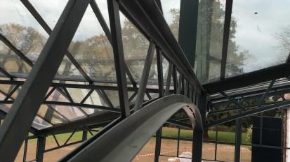 Au pays Basque, une très grande véranda, portée par des poutres en treillis complète un splendide domaine